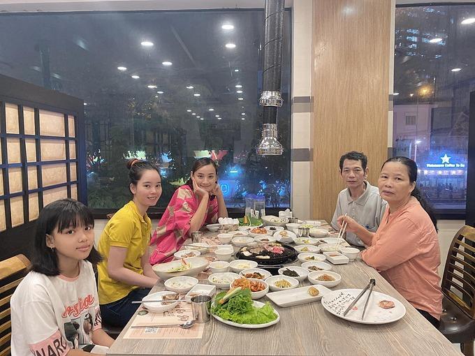 Lê Thúy đưa bố mẹ ruột và các em đi ăn tại một nhà hàng sang trọng.