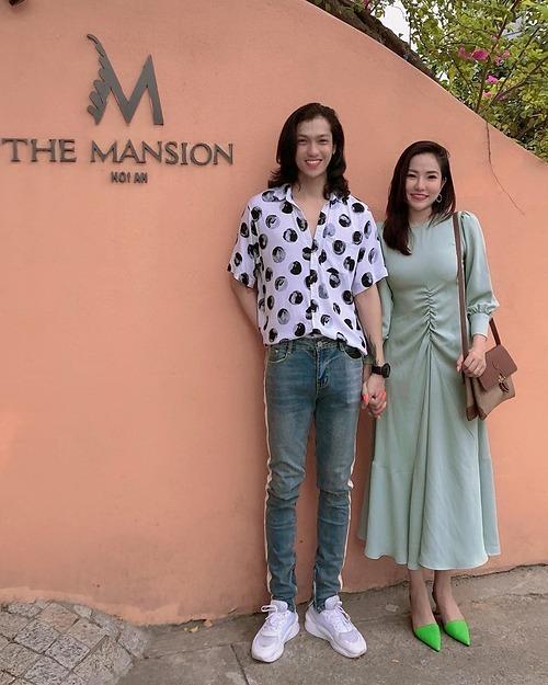 Lý Phương Châu và bạn trai tay trong tay khi trở lại Hội An du lịch.