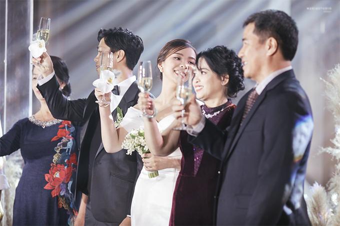 Công Phượng và vợ cười, khóc trong lễ đính hôn - Ngôi sao marry