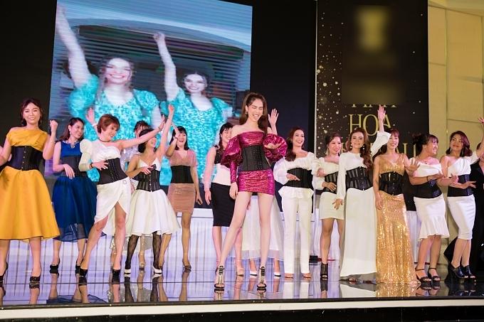 Trong chương trình, Ngọc Trinh hào hứng lên sân khấu tham gia một vủ đạo vui nhộn cùng các khách mời. Vốn yêu vũ đạo, cô còn thường mời biên đạo Lâm Vinh Hải đến tận nhà dạy nhà hàng tuần.