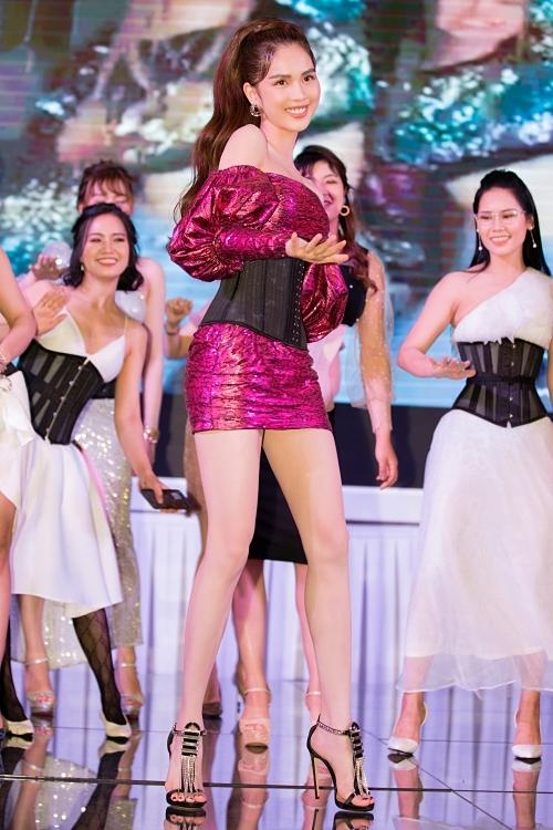Mới đây, Ngọc Trinh góp mặt trong MV Cung đàn vỡ đôi của Chi Pu. Cô vào vai một thiếu nữ miền Tây, dám sống hết mình vì tình yêu.