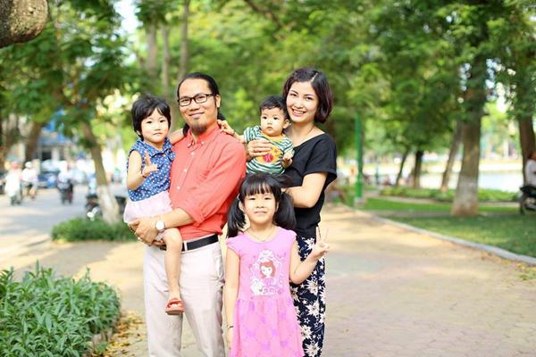Vợ chồng Vượng Râu - Thu Hiền bên ba con gái lớn.