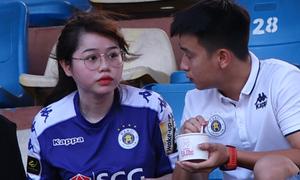 Bạn gái Quang Hải 'thả trôi' cảm xúc trên khán đài