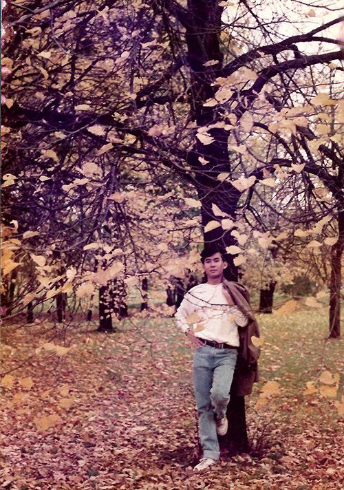 [Caption] Anh tranh thủ đi hái táo và dạo chơi trong các khu rừng để tận hưởng mùa thu vàng đầu tiên tại đây. (Hình 4)