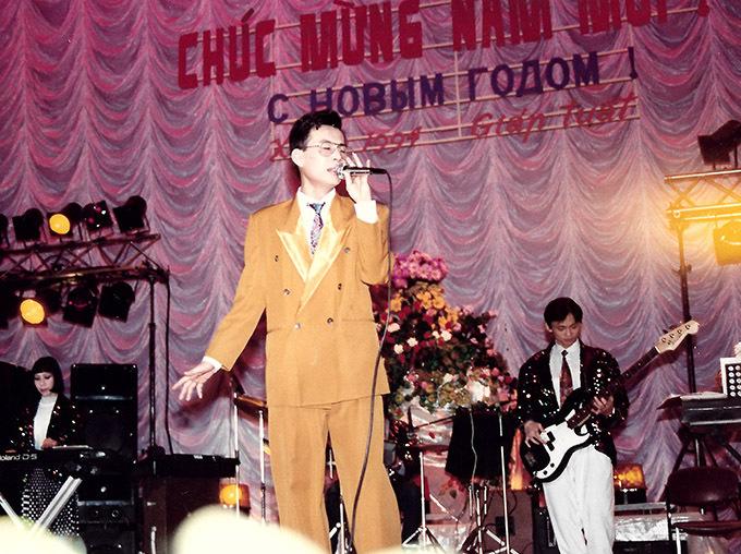 [Caption]Anh lập kỷ lục 3 năm liên tiếp (1989, 1990, 1991) đoạt giải nhất Tiếng hát sinh viên Việt Nam tại Nga. Trong suốt thời gian ở đây, anh luôn được vinh dự xuất hiện trong các chương trình kỷ niệm các ngày lễ Quốc Khánh, tổng kết năm học,Tết... do Đại sứ quán Việt Nam tổ chức. (Hình 7, 8, 9).