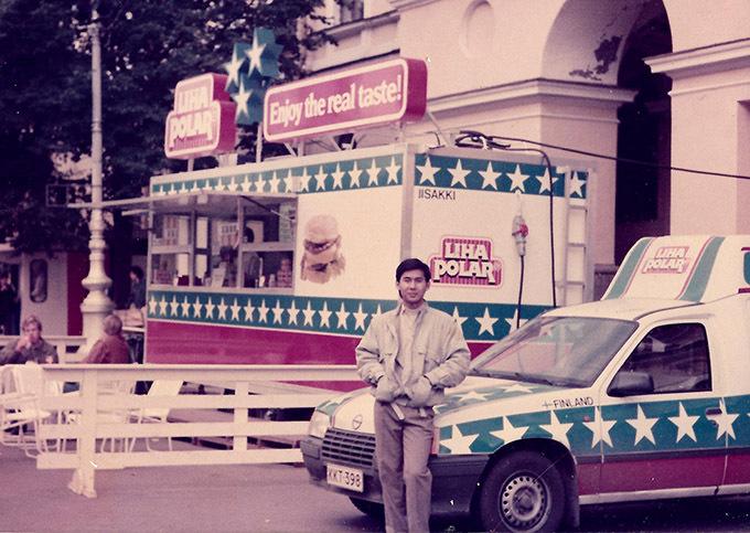 [Caption] Anh là sinh viên Việt Nam duy nhất được mời tham dự trại hè sinh viên quốc tế với hơn 50 quốc gia tham dự tại Ba Lan và đoạt giải ba cuộc thi Liên hoan tiếng hát sinh viên quốc tế  năm 1991 với hai ca khúc Triệu đóa hoa hồng hát bằng tiếng Nga và Trống cơm hát bằng tiếng Việt. (Hình 10: chụp tại Ba Lan)