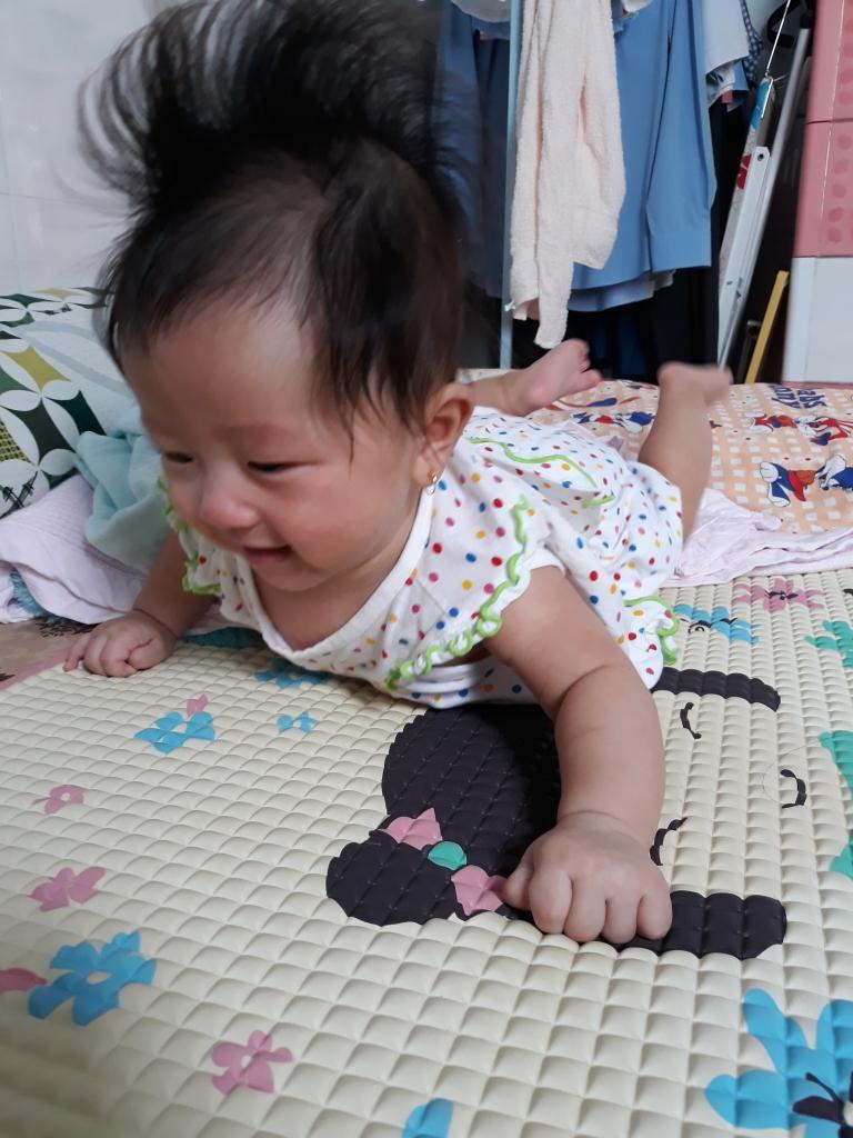 Bé Cơmđang cố gắng tập lật vàcái lật hoàn hảo đầu tiên không nhờ vào sự giúp sức của bất kỳ ai lúc 4 tháng tuổi. Khi lật thành công, mái tóc của con cũng dựng thẳng đứng vừa thấy đáng yêu vừa buồn cười.