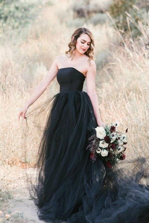 Nếu yêu thích sự độc đáo, mới lạ giống Tóc Tiên, cô dâu có thể tham khảo mẫu váy cúp ngực ngang, làm từ vải tulle. Bộ trang phục chắc chắn là điểm nhấn trong từng bức ảnh, giúp cô dâu thể hiện gu thời trang cá tính.