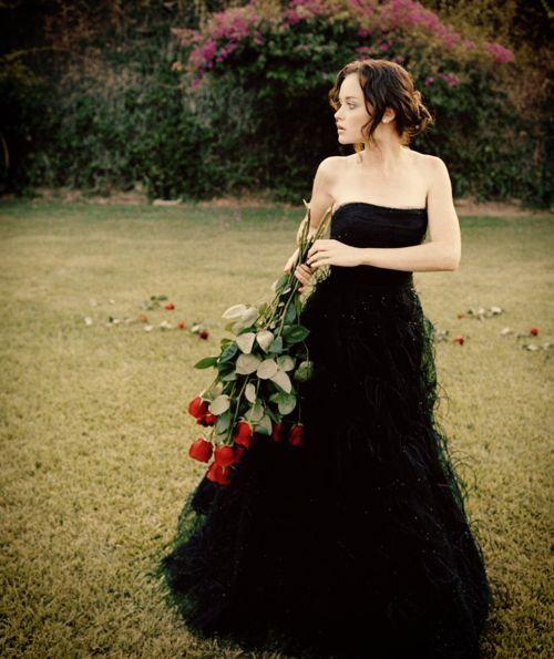 Váy cúp ngực được làm mới nhờ chất liệu vải điểm lông vũ. Bộ cánh không tay là lựa chọn hoàn hảo cho cô dâu vóc dáng mảnh mai, thể hiện nét đẹp nơi xương quai xanh.