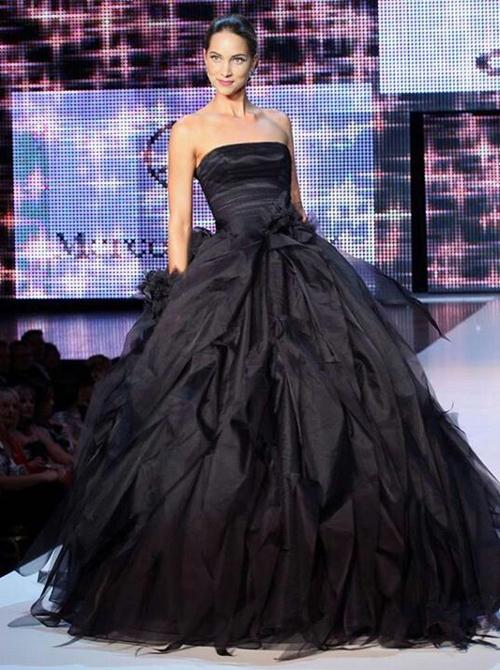 Váy cưới màu đen được các NTK phá cách với việc xử lý chất liệu, tạo sự khác biệt cho. Khối hoa 3D từ vải cùng tông đen được điểm nơi eo làm điểm nhấn.