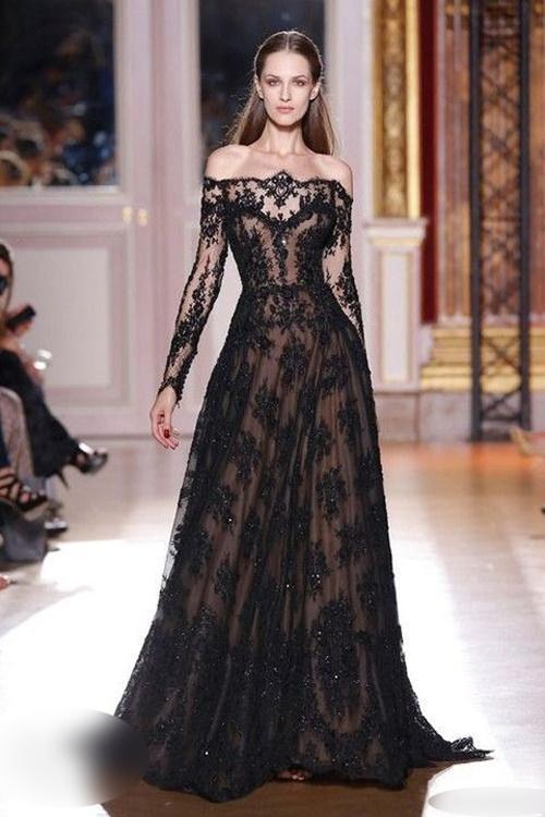 Thương hiệu Zuhair Murad đem đến một lựa chọn khác cho cô dâu thích váy cúp ngực là mẫu đầm ren, có lớp vải lót tiệp màu da. Trên thân váy có các hạt bắt sáng giúp người diện nổi bật khi sải bước trên sân khấu.