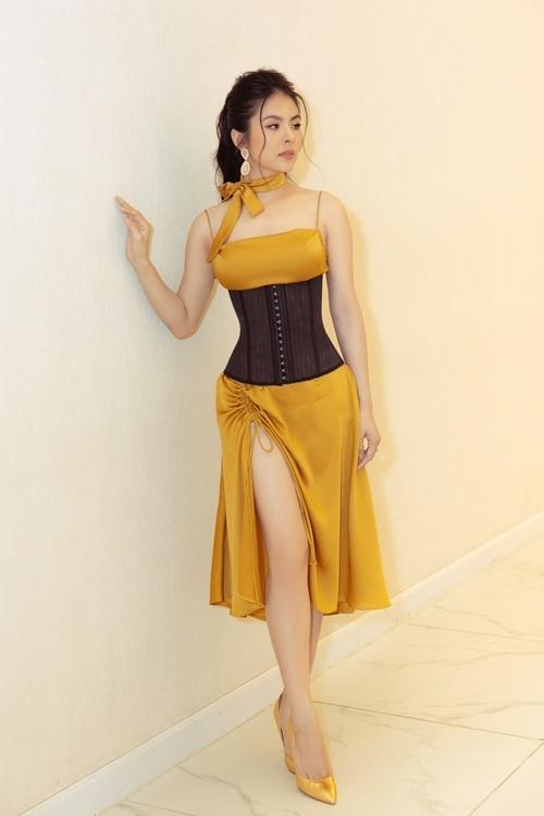 Diễn viên Vân Trang phối corset với váy xẻ cao.