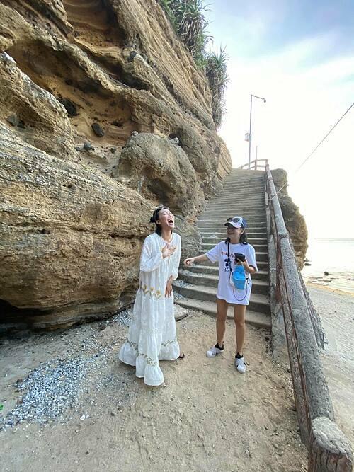 Diệu Nhi cười thả ga khi trò chuyện cùng Cát Phượng trong chuyến du lịch ở đảo Lý Sơn (Quãng Ngãi).