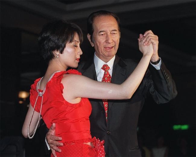 Hà Hồng Sân và người vợ tư Lương An Kỳ, người cùng ông đắm mình vào những bước nhảy mà ông luôn đam mê trong suốt cuộc đời.