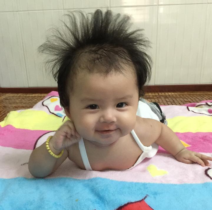 Bé Phương Anh (4 tháng tuổi) tạo dáng chụp ảnh và điểm nhấn ấn tượng trong bức ảnh của con phải kể đến mái tóc. Chị Phương Anh đã ghi lại khoảnh khắc đáng yêu này của Phương Anh và chia sẻ trong cuộc thi Khoảnh khắc lần đầu của bé.