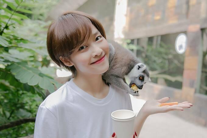 Khả Ngân chơi đùa cùng các con vật khi du lịch ở Phú Quốc.