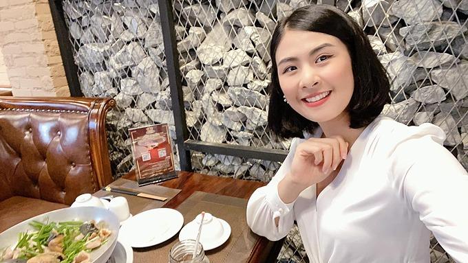 Hoa hậu Ngọc Hân xinh đẹp khi đến ủng hộ nhà hàng của MC Nguyên Khang ở TP HCM.
