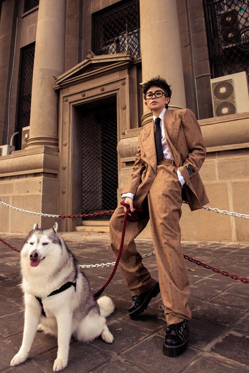 Trong bộ ảnh mới thực hiện, Gil Lê khoe phong cách street style hợp mốt cùng bạn diễn là chú chó Mocha.Đây là người bạn thân thiếtđã cùng Gil Lê vượt qua những sóng gió, những vui buồn trong suốt 10 năm qua.
