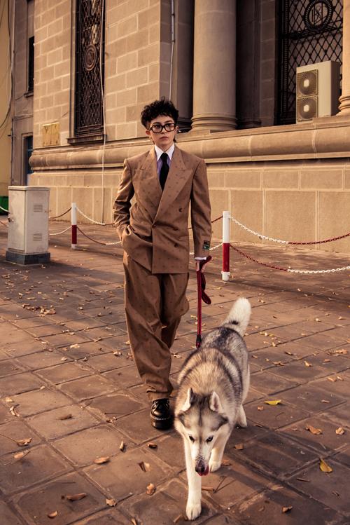 Không chỉ mang đến những khoảnh khắc đáng yêu bên cạnh người bạn thân, Gil Lê còn khoe vẻ ngoài hút mắt khi diện những trang phục đến từ nhà mốt nổi tiếng.
