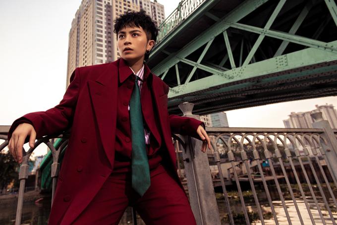 Những mẫu suit dáng rộng theo đúng trào lưu thịnh hành được Gil Lê lựa chọn để xây dựng hình ảnh sành điệu, nam tính.