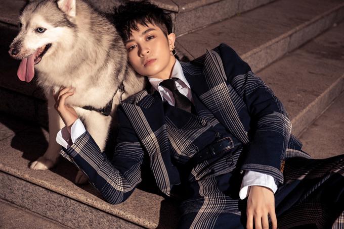 Gil Lê và chú chó Mocha kết hợp ăn ý để tạo nên những shoot hình đẹp và theo đúng ý tưởng kỷ niệm khoảnh khắc ngọt ngào sau 10 năm gắn bó.