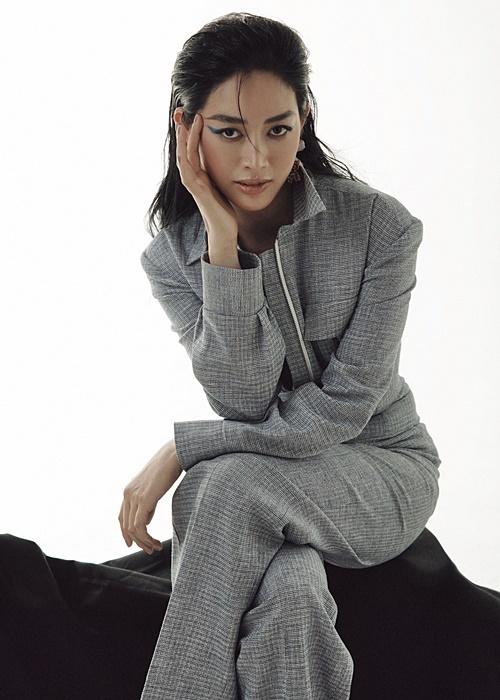 Với gam màu xám kén người mặc, Mai Thanh Hà chọn set đồ cá tính, giúp thu hút hơn.