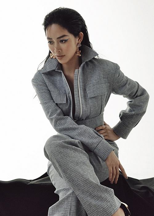 Những đường may tinh tế giúp tôn vinh cá tính của người mặc, phần cổ áo giúp che bớt khuyết điểm cho các quý cô có đôi vai thon gầy.