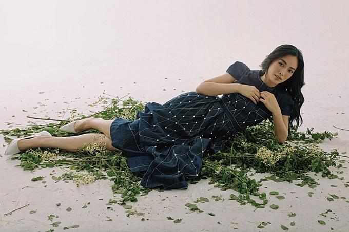 Sắc xanh luôn là gam màu tượng trưng cho sự dịu mát, vì thế cô chọn chiếc đầm xanh có hoa văn đốm trắng, kiểu dáng thanh lịch cổ điển.