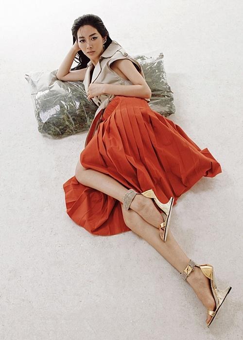Phụ kiện ánh kim được cô phối cùng chân váy màu nổi, tạo thành tổng thể bắt mắt.