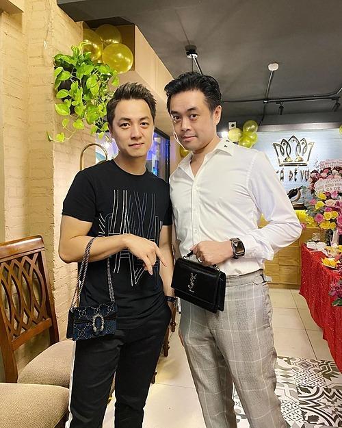 Ca sĩ Đăng Khôi và nhạc sĩ Dương Khắc Linh bắt chước vợ tạo dáng pose hình.