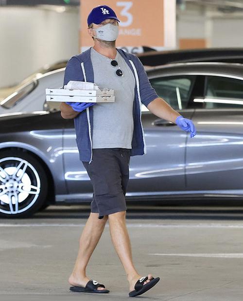 Nam diễn viên Sói phố Wall mua hai chiếc pizza và ăn luôn tại hầm xe trước khi ra về.