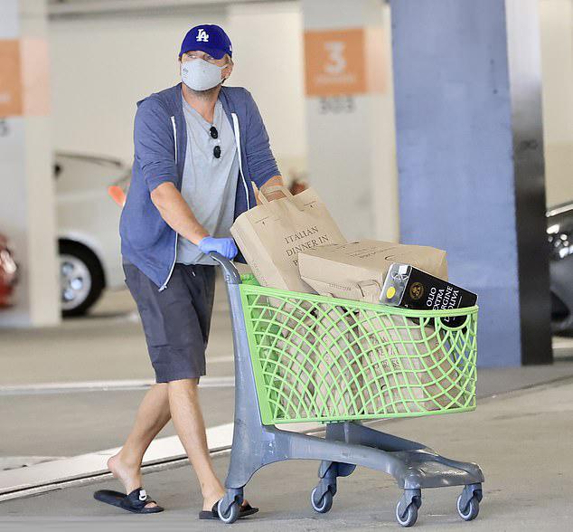 Leonardo DiCaprio rời siêu thị nhà hàng Italy với một xe đầy đồ. Ngôi sao sinh năm 1974 trông trẻ trung, thon thả với áo phông, quần short và xỏ đôi dép Nike đi trong nhà.