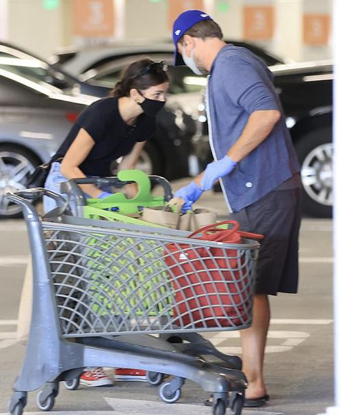 Cặp đôi mua nhiều đồ ăn dự trữ về nhà.
