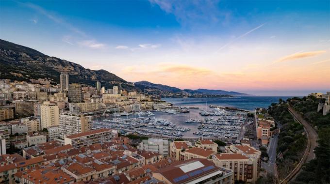 Cảng Hercule ở thủ phủMonte Carlo của Monaco, nơi đậu những chiếc du thuyền sang xịn bậc nhất. Ảnh: BBC.