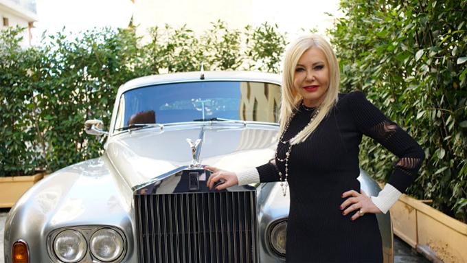 Nhà sản xuất phim Monika Bacardi bên chiếc Rolls Royce cổ, một trong 5 chiếc xe thuộc bộ sưu tập của bà ở Monaco. Ảnh: BBC.