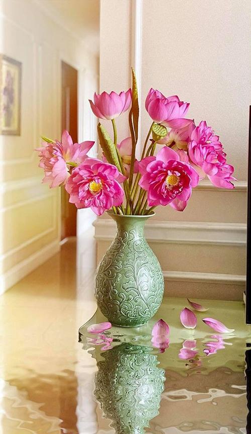Anh Ngô Nam suy nghĩ: Nếu đã chơi hoa, bạn nên chịu khó đầu tư để có thành phẩm đẹp. Cắm hoa cũng làm tâm hồn đẹp hơn, tư duy tích cực, cách nghĩ thoáng và giúp bản thân thêm yêu cuộc sống, gia đình và bạn bè.