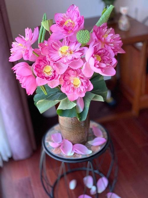 Lúc sơ chế hoa sen, anh Nam cắt chéo gốc 45 độ vì nếu cắt gốc hoa theo chiều ngang, tiết diện hút nước của hoa sẽ ít hơn và nếu cắm gốc hoa vào đáy bình, hoa khó hút nước, không giữ được vẻ tươi lâu.
