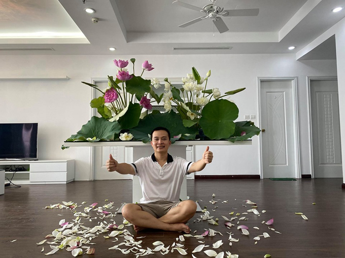 Anh Ngô Nam bên tác phẩm đầm sen tại nhà. Để có được những bình hoa đẹp, anh Ngô Nam đã theo học 2 buổi dạy cắm hoa của thầy giáo nước ngoài ở Việt Nam. Nhờ đó, anh hiểu được thế nào là một bình hoa đẹp, cấu trúc, tỷ lệ, cách cắm hoa hợp lý.
