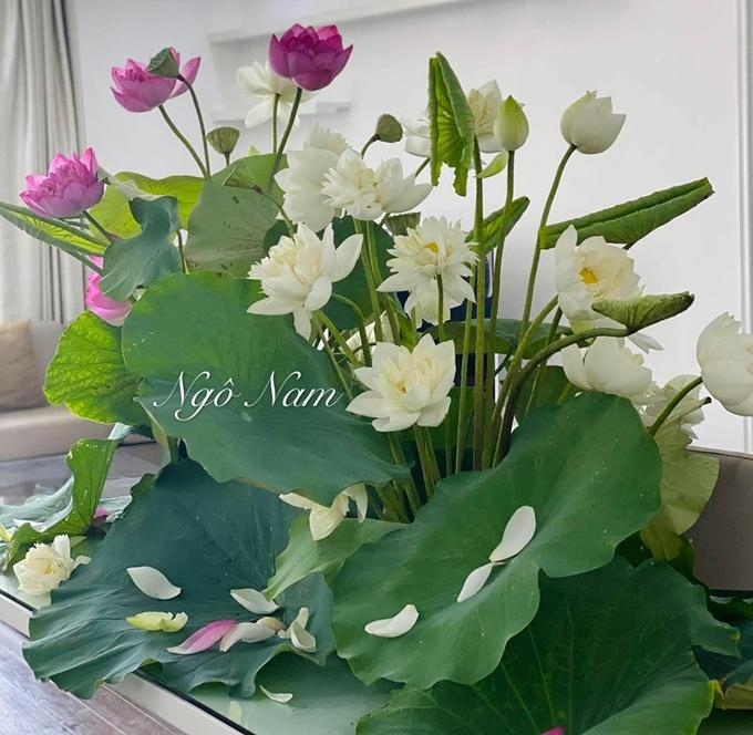 Bên cạnh công việc, anh Ngô Nam (kinh doanh bất động sản, Hà Nội) có niềm vui riêng là cắm hoa những lúc rảnh rỗi. Vì rất yêu thích việc này nên tôi cũng cắm hoa cầu kỳ hơn mọi người. Nếu đa số mọi người cắm hoa sen với một ít đài thì khi đặt hàng hoa, tôi luôn mua đủ lá, sen, đài để cắm hoa với bố cục rõ ràng, tôn trọn vẹn vẻ đẹp của hoa sen, anh bộc bạch.