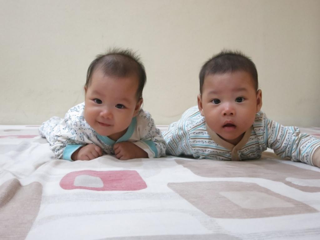 Cò và Sáo. Mình là em bé IVF sinh đôi của mẹ. Mẹ rất thích chụp ảnh, vì thế anh em mình có hàng nghìn tấm ảnh của mọi khoảnh khắc để làm kỷ niệm.