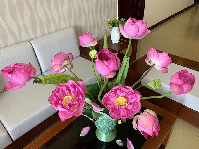 Để bình hoa sen bung nở đẹp mắt, anh Nam thường cắm hoa lúc 6-7h bởi lúc đó hoa bắt đầu hé nở. Anh sẽ sắp xếp để bình hoa có bông nụ, bông hé nở, bông nở to cắm kèm với lá. Tới 8-10h, lúc hoa nở rực rỡ nhất, anh sẽ chụp ảnh để lưu lại khoảnh khắc đẹp của sen.