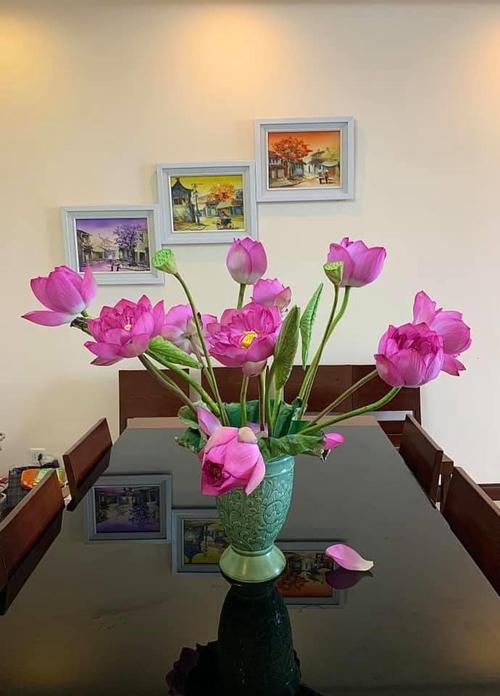 Từ khi hoa hé nở tới khi hoa tàn, anh Nam không thay nước để tránh làm rụng cánh sen. Anh đặt bình hoa ở vị trí cố định trong nhà, tránh nơi có gió, quạt và hướng điều hòa trực tiếp, khiến hoa mau tàn.