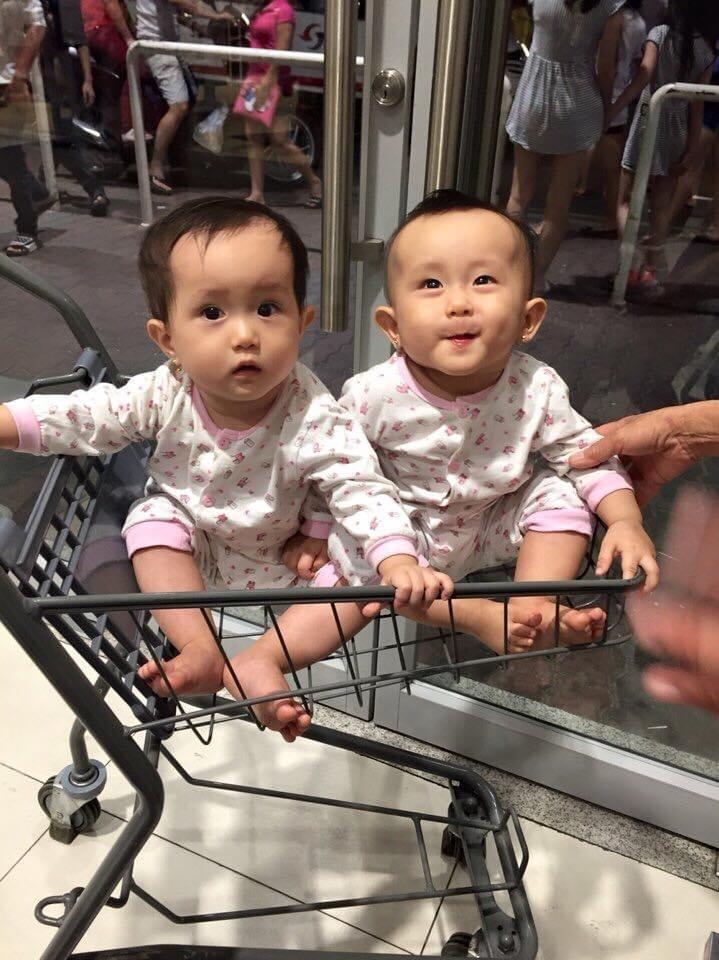 Chị em Gia Hân - Bảo Hân là hai cô bé ngoan ngoãn, luôn yêu thương nhau và rất thích làm trò cho ba mẹ vui.