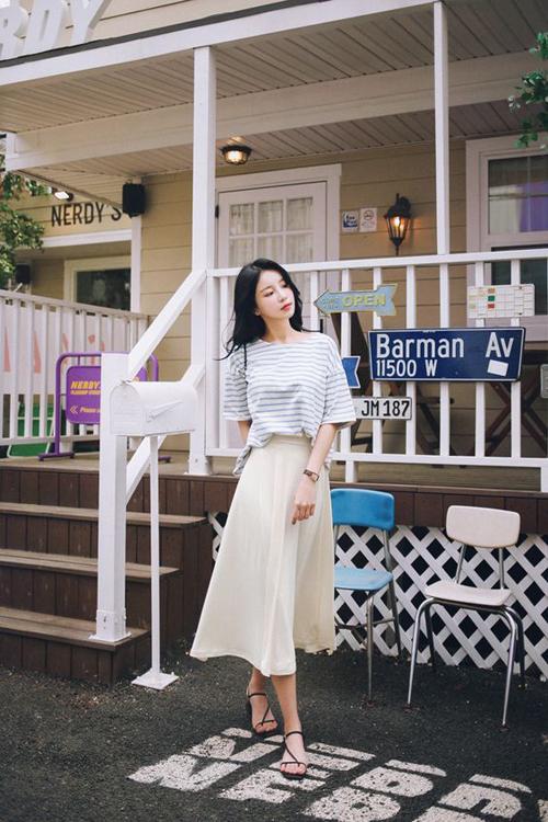 Váy midi màu đơn sắc dễ dàng kết hợp cùng nhiều kiểu sơ mi, áo thun, áo blouse cho phái đẹp văn phòng.