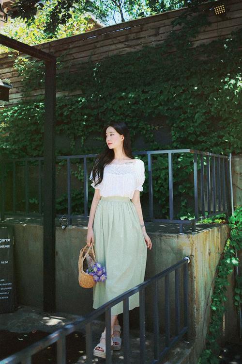 Set đồ đơn giản nhưng vẫn giúp bạn gái thể hiện sự sành điệu cùng xu hướng mùa hè với áo tay bổng, chân váy midi dáng cơ bản.