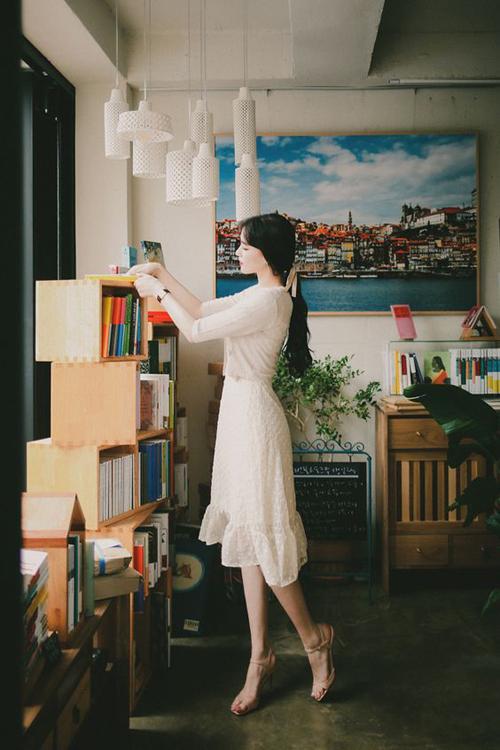 Váy voan trong suốt cho nàng vóc dáng mảnh mai. Kết hợp cùng mẫu đầm đậm chất tiểu thư là áo dệt kim loại mỏng, hài hòa sắc màu.