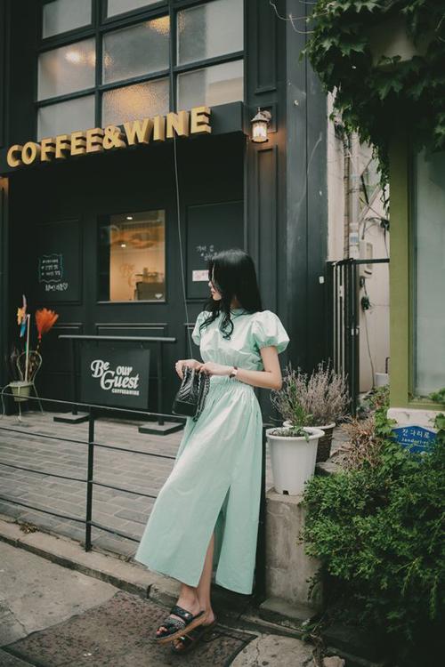 Một mẫu váy nhấn eo kiểu cổ điển, tông màu mát mắt sẽ giúp phái đẹp thu hút hơn khi đến văn phòng vào những ngày oi nồng.