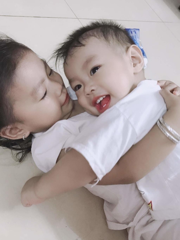 Chị 2 luôn bên cạnh cùng chơi và chăm sóc con những lúc vắng mặt mẹ.