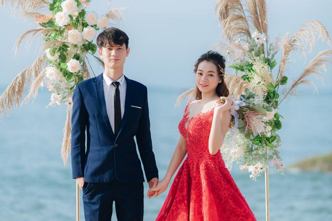 Cô dâu Hà Trang (26 tuổi, Ninh Thuận) và chú rể Thanh Tâm (24 tuổi, Bình Thuận) từng là đồng nghiệp trong cửa hàng điện máy. Trước khi gặp Tâm, Trang từng chịu tổn thương sâu sắc về tình cảm. Lúc mới làm việc chung với nhau, cả hai chẳng nhìn nhau dù một lần.