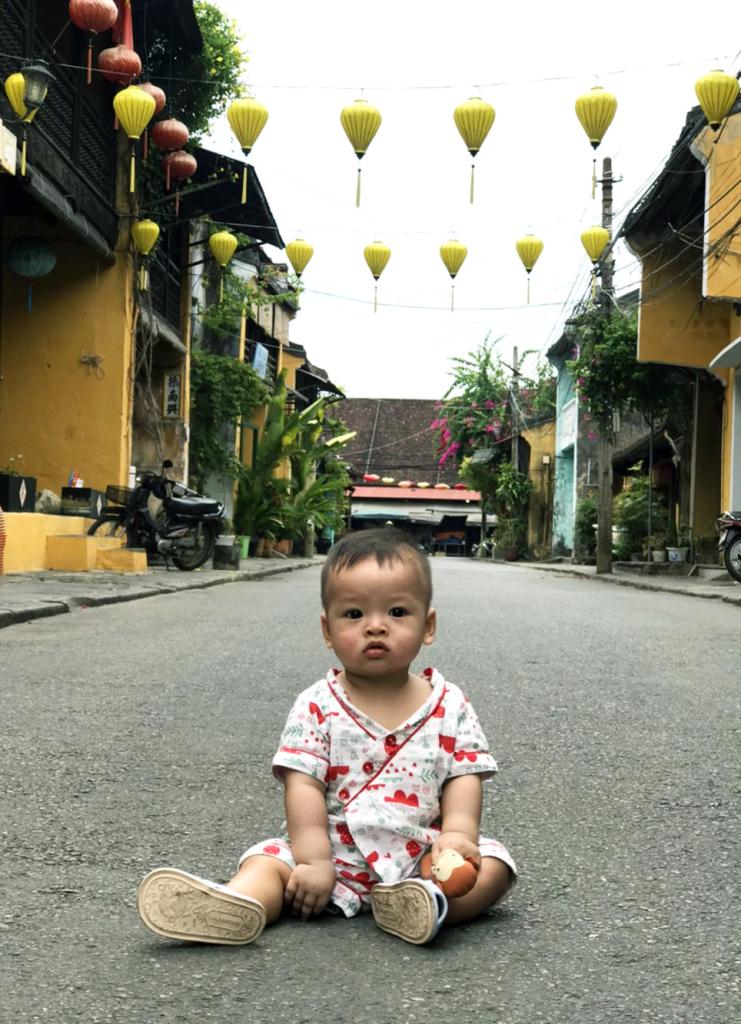 Con nhà mẹ Hồng Nhung rất thích thú với chuyến đi đầu tiên đến Hội An.